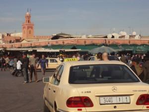 Grand Taxi na Placu Dżamaa el-Fna w Marrakeszu